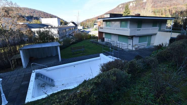 Zum Haus an der Talstrasse 75 in Flüh gehören acht Zimmer, ein Lift, ein Waldstück und ein Pool. Zudem liegt es abgelegen.
