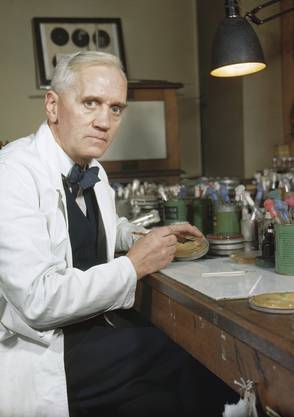 1854: John Snow weist nach, dass an Cholera Erkrankte Wasser eines bestimmten Brunnens tranken. 1880–1897: Die Malaria-Infektion (ein Parasit, der via Mücken übertragen wird) wird aufgeklärt. 1882: Robert Koch entdeckt den Tuberkulose-Erreger. 1883: Robert Koch weist den Cholera-Erreger nach. 1894: Alexandre Yersin entdeckt den Pest-Erreger, 1928 Alexander Fleming (s. Bild) entdeckt das Penicillin, 1940 wird es zum ersten Antibiotikum. 1983: Gallo/Montagnier entdecken das HIV-Virus.