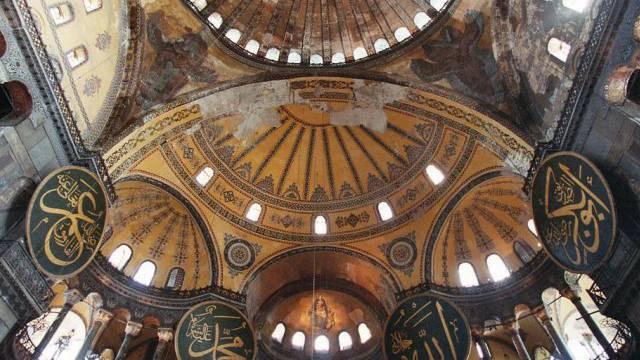 Blick an die Decke der berühmten Hagia Sophia in Istanbul (Archiv)