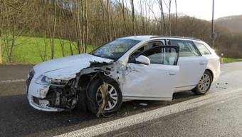 Ein 51-jähriger Deutscher überholte mit diesem Audi auf der Staffelegg zwei Lastwagen und kollidiert darauf mit einem korrekt entgegenkommenden Auto.