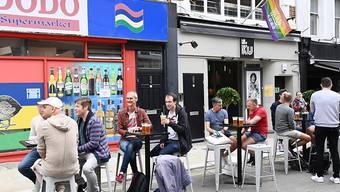 Gäste einer Bar am Samstag in London.
