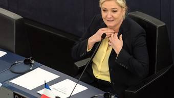 """FN-Chefin Marine Le Pen wurde in Lyon vom Vorwurf freigesprochen, zu """"Diskriminierung, Gewalt oder Hass"""" gegen Muslime angestiftet zu haben."""