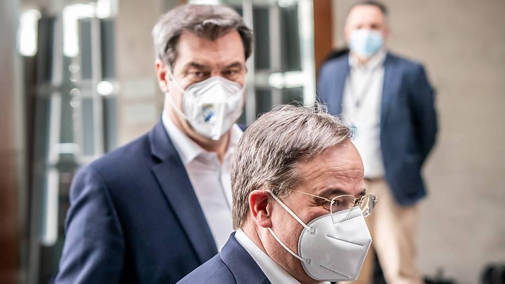 Armin Laschet (vorne) und Markus Söder bewerben sich beide um die CDU/CSU Kanzler-Kandidatur.