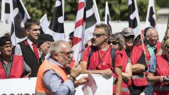 Angestellte der SBB und Gewerkschafter vom SEV haben in Bern, Zürich und diversen anderen Städten gegen den neuen GAV der Schweizerischen Bundesbahnen demonstriert.