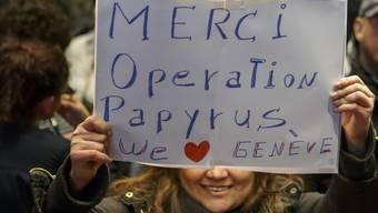 Eine Sans-Papiers-Frau bedankt sich für die Operation Papyrus. Die Aktion hat bewirkt, dass in Genf mehr Menschen ohne gültige Papiere eine Aufenthaltserlaubnis erhalten haben. (Archivbild)