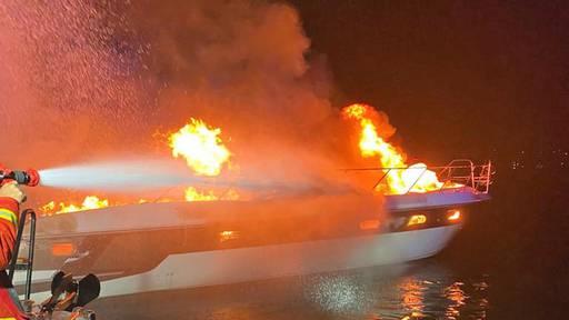 Motorboot fängt Feuer und sinkt
