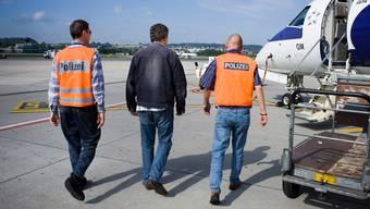Ein Ausländer auf dem Weg zum Ausschaffungsflug.