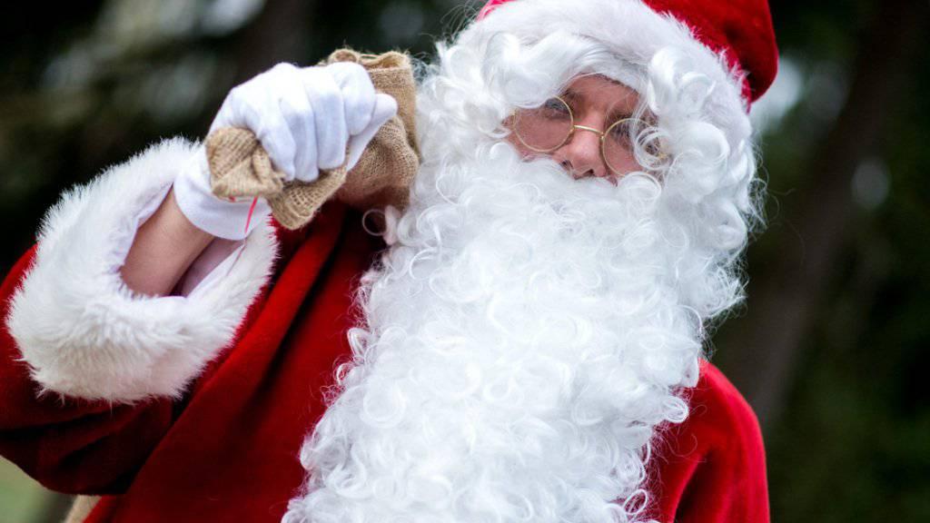 Der Weihnachtsmann brach auf der Bühne zusammen, als er den Schulkindern gerade Geschenke überreicht hatte. (Symbolbild)