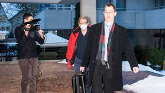 Ingo Malm (mit Maske) betritt zusammen mit seinem Verteidiger André Kuhn das Obergerichtsgebäude - seine Strafe wurde deutlich reduziert.