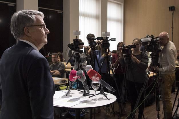 Verwaltungsratspräsident Urs Schwaller informiert an der Medienkonferenz, dass die Boni von Susanne Ruoff und den Postauto-Managern eingefroren werden.