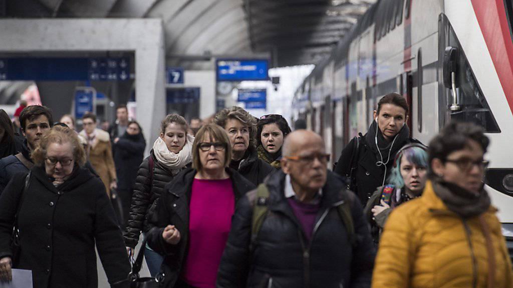 """Die SBB will mit """"schlauen Füchsinnen"""" auf Entlastungszüge aufmerksam machen: Pendler unterwegs im Hauptbahnhof Zürich. (Archiv)"""