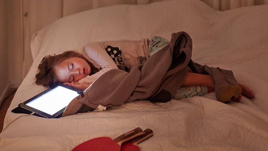 Wer nicht gut schlafen kann, soll eine Stunde vor dem Zubettgehen das Tablet ausschalten, empfiehlt die Suva.