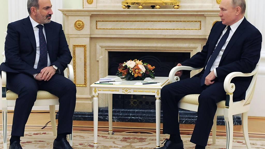 Nikol Paschinjan (l), Ministerpräsident von Armenien, und Wladimir Putin, Präsident von Russland, sprechen bei ihrem gemeinsamen Treffen. Foto: Mikhail Klimentyev/Pool Sputnik Kremlin/AP/dpa