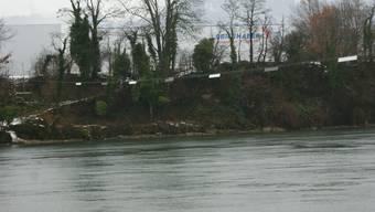 Das über den Rhein gespannte Drahtseil ist im Winter markiert. ach
