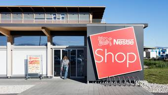 In Spanien testet Nestlé das Bezahlen per Gesichtserkennung. In den Schweizer Nestlé-Shops, wie zum Beispiel in Orbe (im Bild), ist die Technologie noch kein Thema. (KEYSTONE)