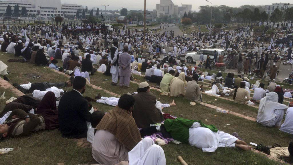Tausende versammelten sich in der pakistanischen Hauptstadt Islamabad zum Sitzstreik.