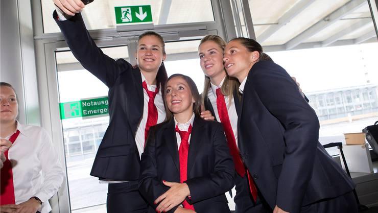 Die Grösste macht das Foto: Rahel Kiwic, Martina Moser, Ana Maria Crnogorcevic und Fabienne Humm (von links).Keystone
