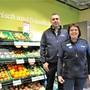 Am gestrigen Eröffnungstag: Ladenleiterin Marianne Meier und Rolf Iten, Mitglied Geschäftsleitung und Leiter Detailhandel bei der Landi Aarau West.