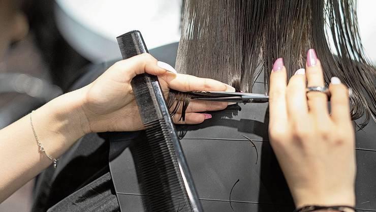Ein Haarschnitt im Freien wurde mit über 1000 Franken gebüsst.