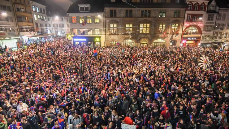 Tausende Fans warteten auf dem Barfi auf ihre Helden.