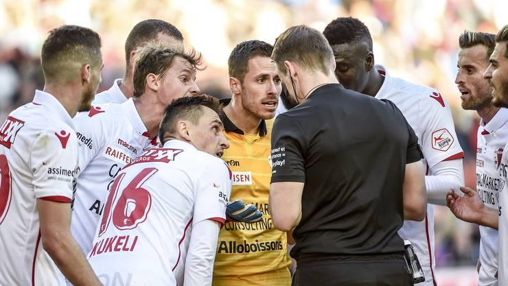 Rudelbildung um Schiedsrichter Alain Bieri. Zuerst geigen ihm die Sittener Spieler die Meinung, dann folgt Christian Constantins Auftritt.