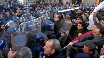 Polizisten gehen in der Hauptstadt Algier gegen Demonstranten vor