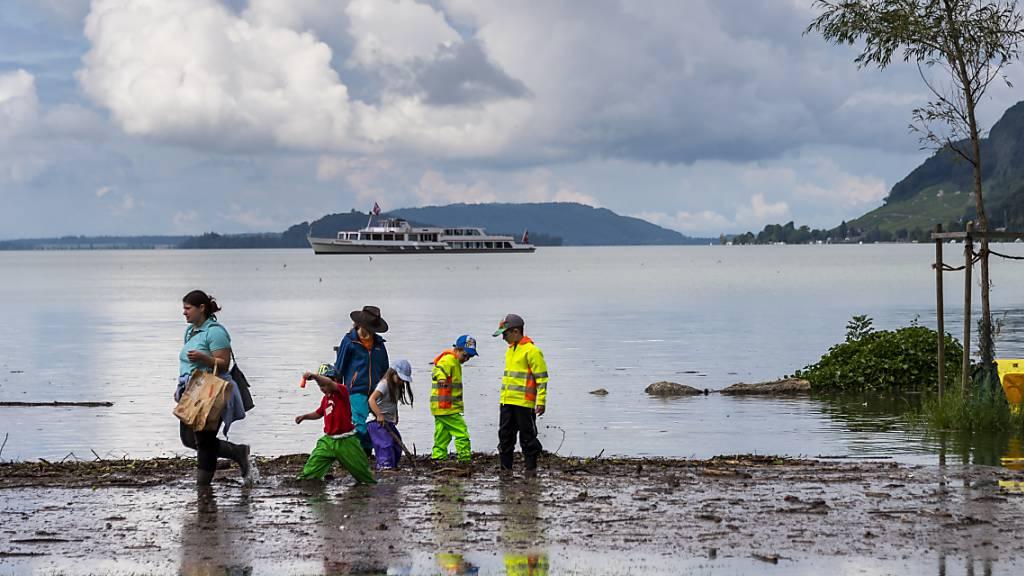 Trotz sinkenden Wasserpegeln fast überall gilt für den Bielersee weiterhin die höchste Gefahrenstufe 5.