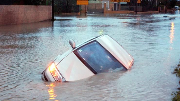 Bei Unwettern in Südfrankreich kamen drei Menschen ums Leben. Ein Paar wurde in seinem Wagen auf einer überfluteten Strasse weggerissen. Auf dem Bild ein Auto auf einer überschwemmten Strasse in Lattes. (Archivbild)