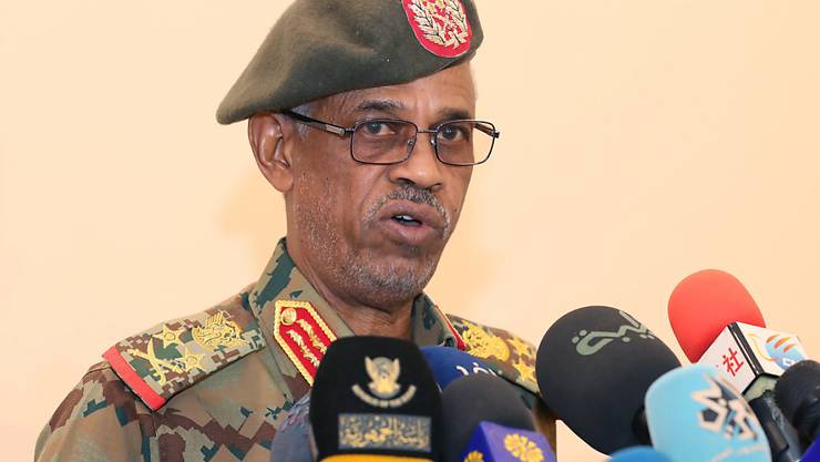 Nur ein Tag im Amt. Der selbsterklärte Chef des sudanesischen Militärrates verkündet seinen Rücktritt - ohne Angabe von Gründen: Awad Ibn Auf.