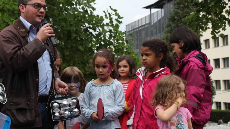 Stadtrat Roger Huber beschenkt die Kinder des Quartiervereins mit Boccia-Kugeln