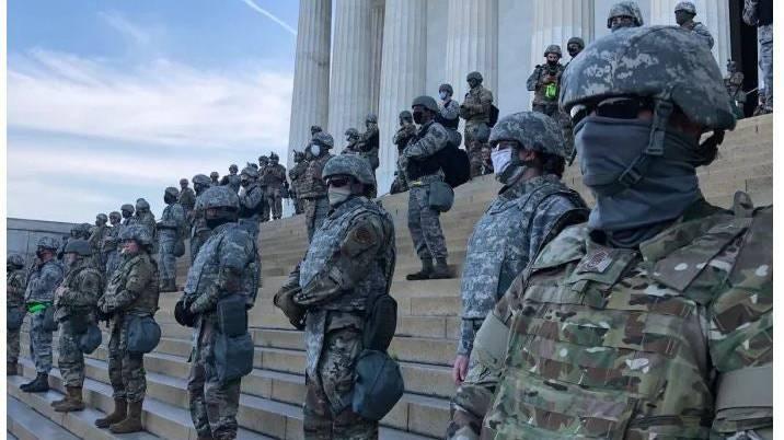 Im Bild: Soldaten der Nationalgarde, und der Militärpolizei bewachen das Lincoln Memorial in Washington, D.C.