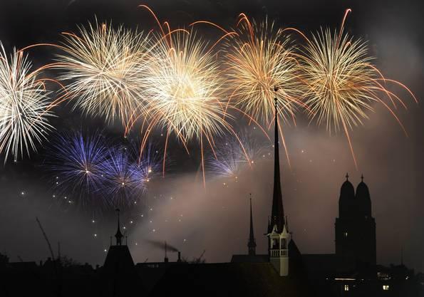 Die Organisatoren sprachen von bis zu 200000 Besuchern am Silvester-Feuerwerk in Zürich.