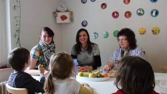 Praktikantin Manuela Mettauer, Renate Elsener und Claudia Germann (von links): Egal, ob wie hier beim Zvieri oder auch beim Mittagessen, das Zusammensitzen wie bei einer Familie ist enorm wichtig.cim