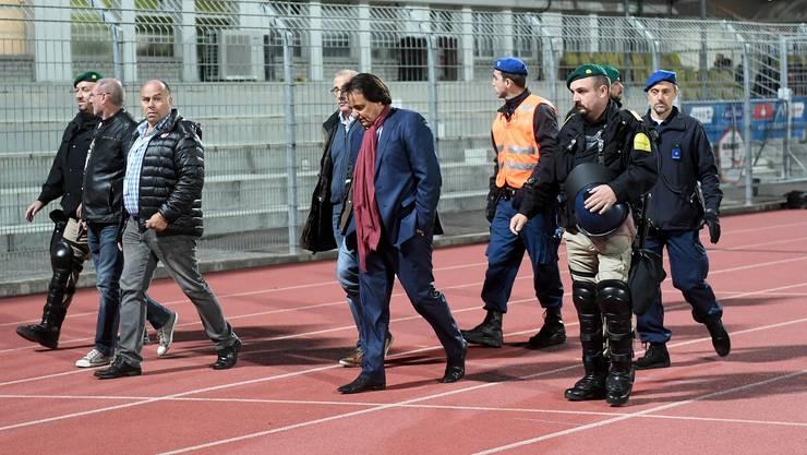 Übler Abgang: Christian Constantin verlässt in Begleitung von Polizisten und Journalisten den Innenraum des Cornaredo-Stadions in Lugano.