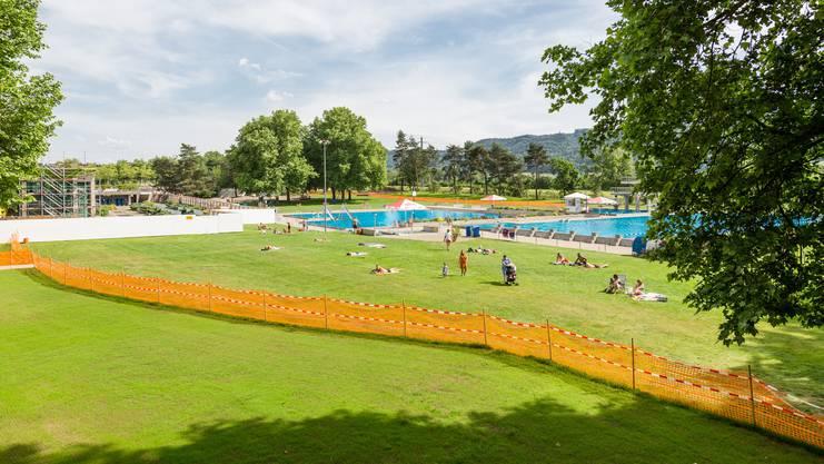 Die Gartenbeiz im Gartenbad Tägerhard Wettingen wird von der Gemeindeverwaltung an den neuen Geschäftsführer der Tägi AG, Marco Baumann, übergeben. Der Bau stand einst als Beiz an der Badenfahrt (2017).