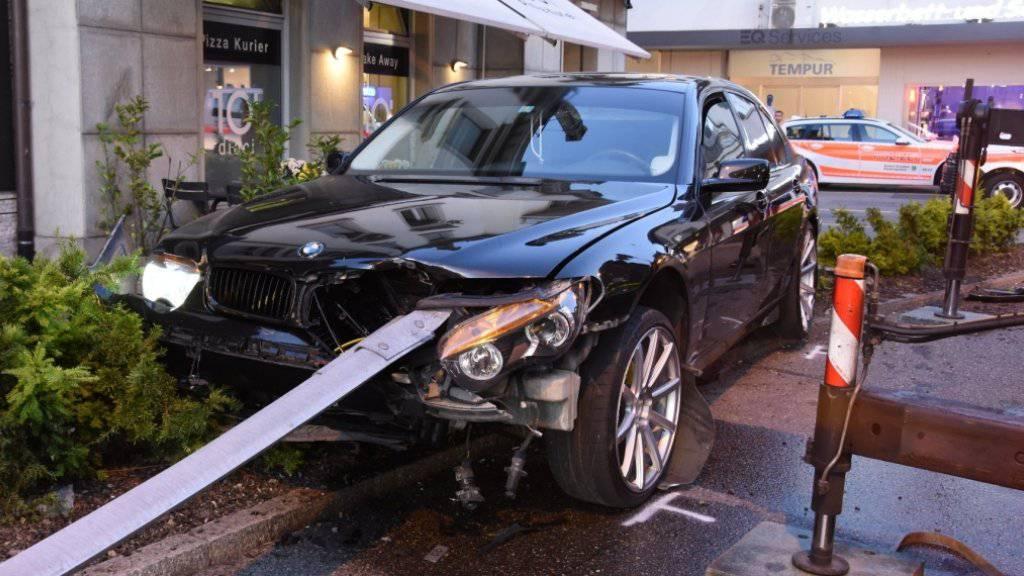 Mit der gerammten Leitschranke war der 21-Jährige im Zentrum von Rapperswil-Jona unterwegs.