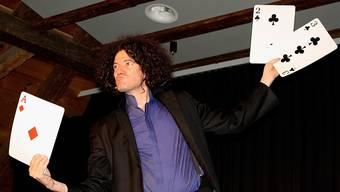 Alex Porter erklärt dem Publikum einen berühmten Kartentrick.