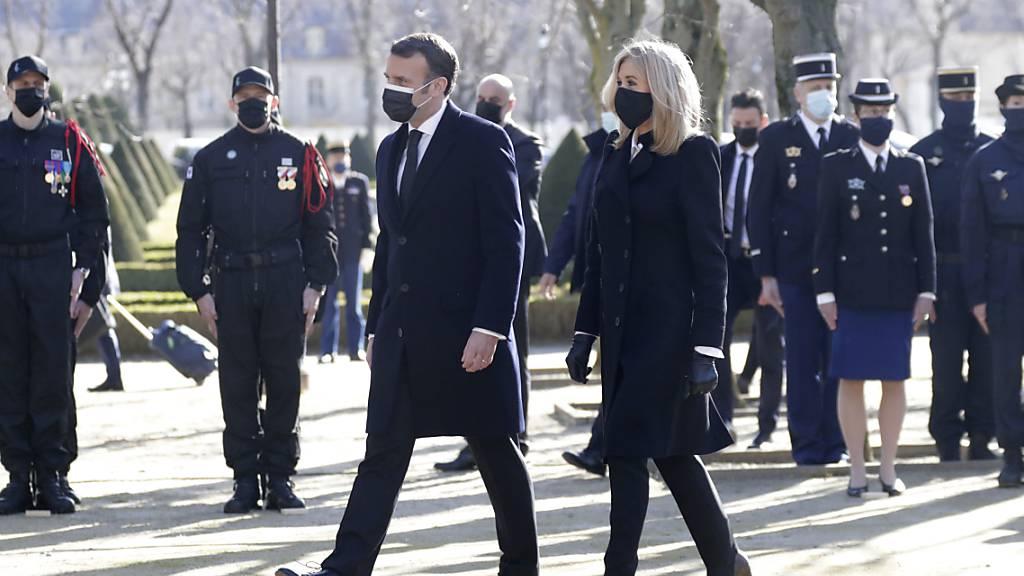 Emmanuel Macron, Präsident von Frankreich, und seine Frau Brigitte Macron kommen zu einer Zeremonie zum Gedenken an die Opfer des Terrorismus am Invalidendenkmal. Foto: Thibault Camus/AP POOL/dpa