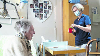 Pflege unter erschwerten Bedingungen: Die Alterszentren sind während der Coronakrise besonders gefordert.