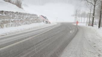 Polizei-Auto landet im Schnee