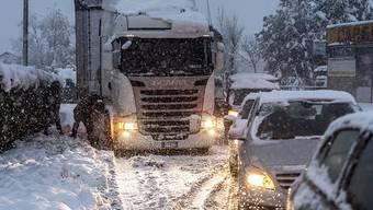 Im Tessin schneit es bereits seit Freitagmorgen. Die Schneefälle, die in vielen Gegenden zu Verkehrsbehinderungen führten, sollen noch bis gegen Montagabend anhalten. (KEYSTONE/Ti-Press/Francesca Agosta) Geo-Information: Schweiz/Stabio Quelle: KEYSTONE/Ti-Press Fotograf: Francesca Agosta