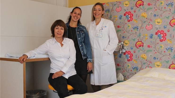 Im Geburtszimmer: Chefärztin Monya Todesco mit den Beleghebammen Olivia Schreiner und Antoinette Schefer (v.r.).