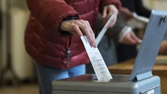 Die Mehrheit der Stimm- und Wahlberechtigten bleibt den Urnen fern. Daran würden auch Bussen nichts ändern, glaubt die Aargauer Regierung. (Symbolbild)