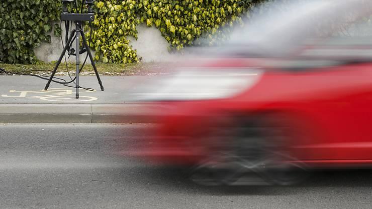 Mobile Radarkontrollen müssten zwingend weiterhin ohne Ankündigung durchgeführt werden, fordert Roadcross Schweiz, die Stiftung für Verkehrssicherheit.