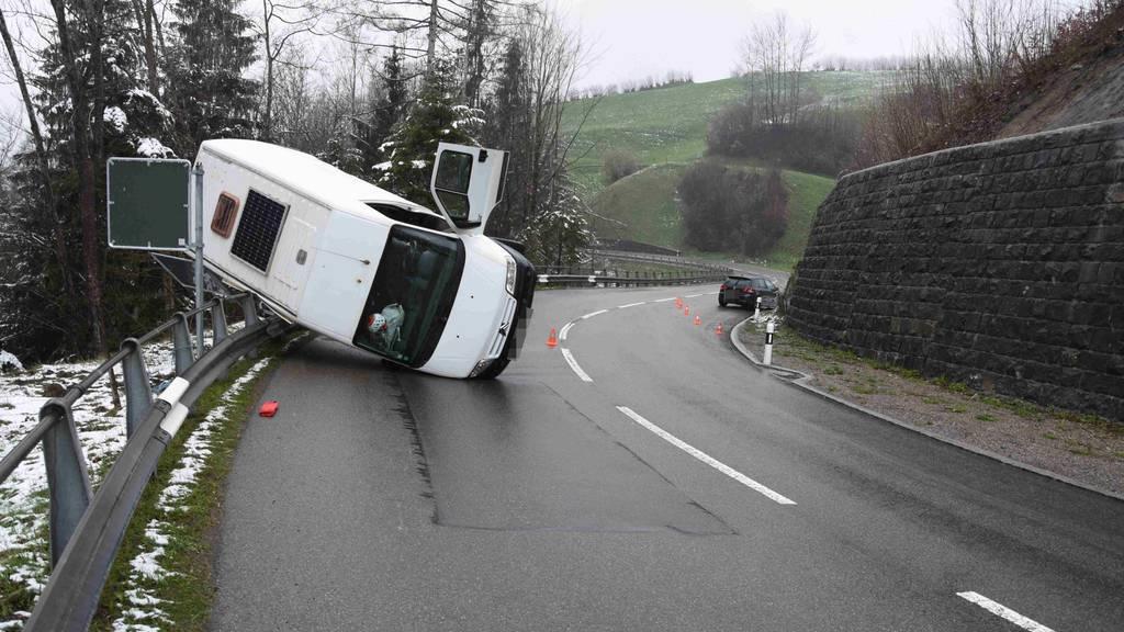 Der Lieferwagen kippte nach dem Zusammenstoss bei Nesslau auf eine Leitplanke.