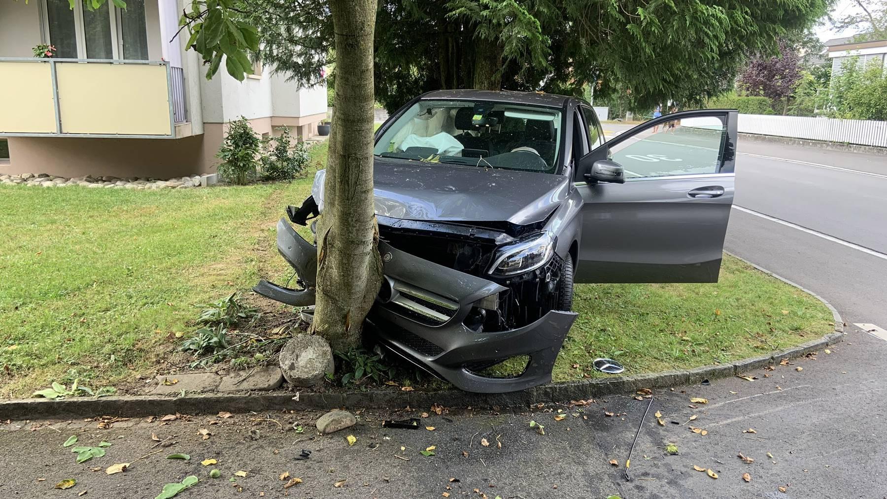 Die 68-jährige PW-Lenkerin kam von der Strasse ab und kollidierte mit einem Baum.