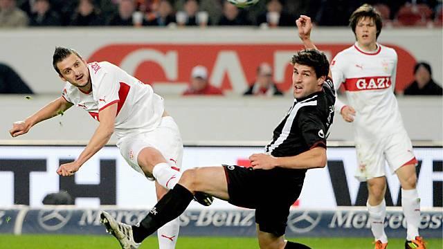 Stuttgarts Zdravko Kuzmanovic versuchts mit einem Weitschuss.