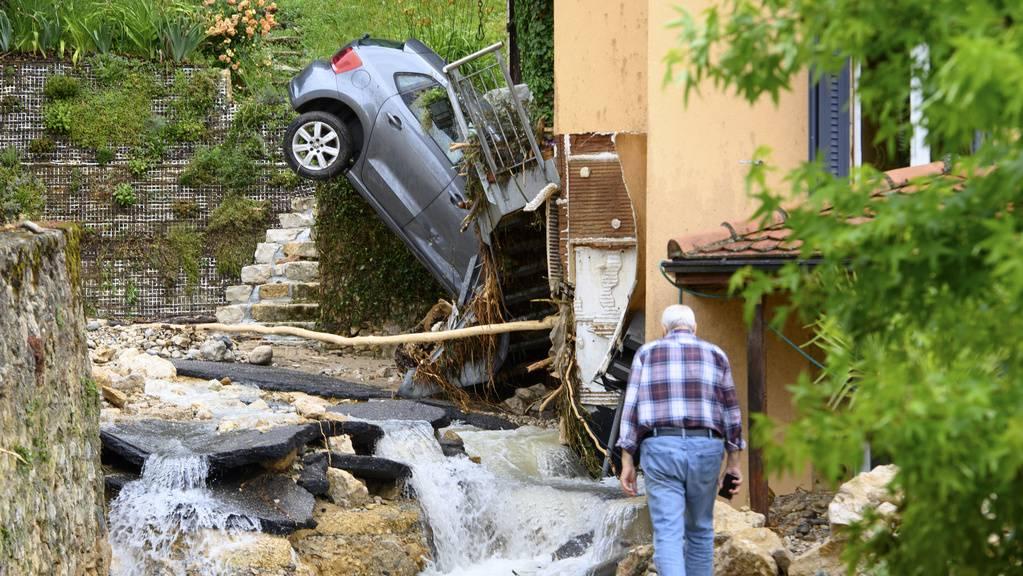 Das Dorf Cressier im Kanton Neuenburg wurde gänzlich überschwemmt.