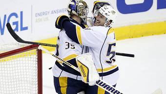 Roman Josi umarmt seinen Keeper Pekka Rinne