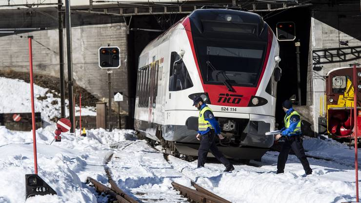 Der Unglueckszug bei der Unfallstelle eines Zugungluecks auf der Gotthard-Bergstrecke bei Airolo, am Dienstag, 5. Februar 2019. Am Dienstagmorgen sind zwei Bahnarbeiter von einem Zug erfasst worden. Einer der Maenner starb am Unfallort, der zweite wurde schwer verletzt in ein Spital geflogen. (KEYSTONE/Ti-Press/Francesca Agosta)